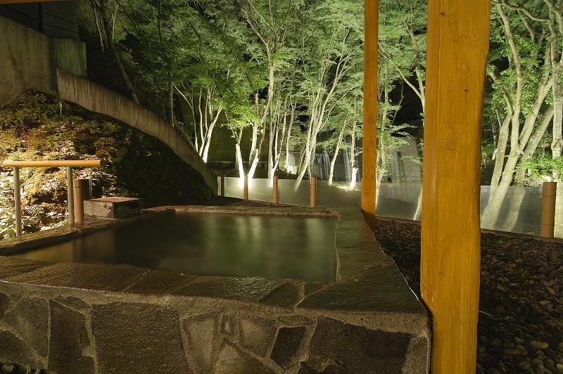 静山の湯_露天風呂1 (800x532)